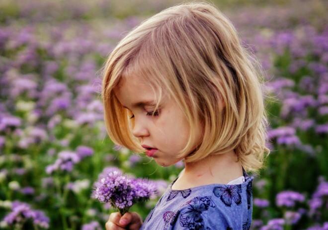 お花を摘む女の子
